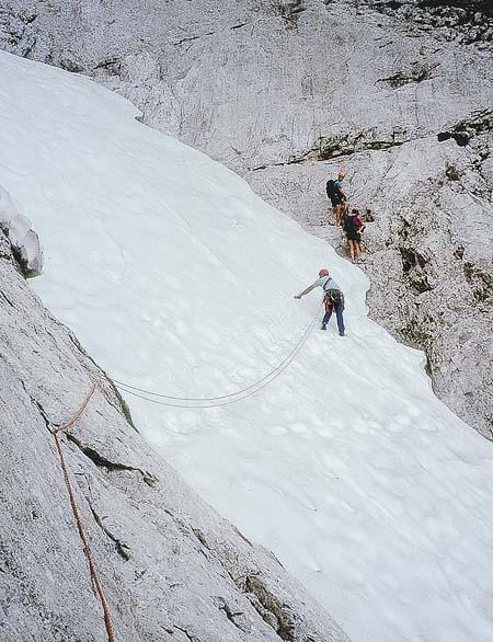 Zajímavým zpestřením je traverz sněhového pole v páté délce.
